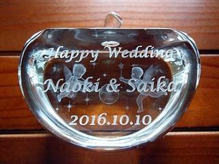 結婚祝いのプレゼント用のガラスのオブジェ