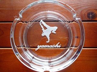 ブレイクダンスのイラストを彫刻した灰皿