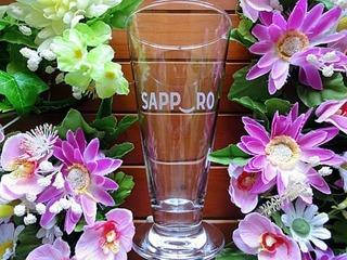 お店のロゴタイプを彫刻したピルスナーグラス