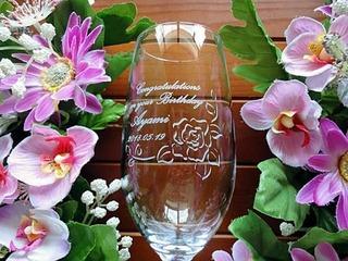 彼女への誕生日プレゼント用のピルスナーグラス