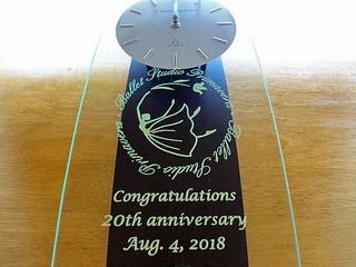「バレエ教室のロゴマーク」「Congratulations! 20th anniversary」「日付」を、前面ガラスに彫刻した掛け時計(バレエ教室の20周年祝い用)