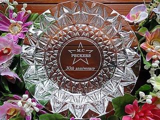 「30th anniversary」と「ロゴマーク」を、底面に彫刻したガラス製の灰皿(周年祝いのプレゼント用)