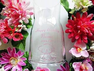 「Happy birthday」「名前」「日付」「犬のイラスト」を側面に彫刻した、友達への誕生日プレゼント用のガラス花瓶