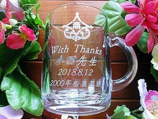 With thanks・○○先生・2000年○○高等学校卒業生一同・校章を側面に彫刻した、同窓会で恩師へ贈るガラス製マグカップ