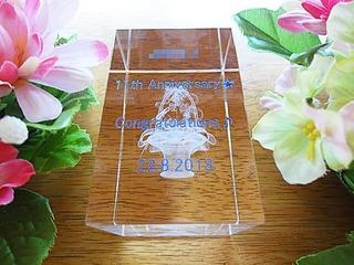 「店名、11th anniversary、Congratulations」を側面に彫刻した、飲食店の周年祝い用のガラス製オブジェ