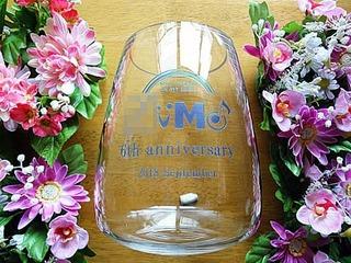 「会社のロゴマーク、6th anniversary、日付」を側面に彫刻した、周年祝い用のガラス花器