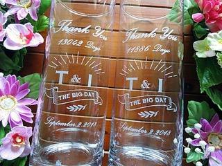 オリジナルデザインを側面に彫刻した、両親への贈呈品用のガラス花器