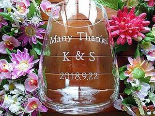 「Many thanks、新郎と新婦のイニシャル、日付」を側面に彫刻した、披露宴で両親へ贈呈するフラワーベース