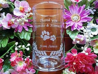 「Thank you、両親の名前、from ○○」を彫刻した、新婦から両親へのプレゼント用のガラス花器