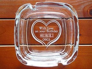 「With love on your birthday、名前、誕生日」を彫刻した、彼氏への誕生日プレゼント用の灰皿