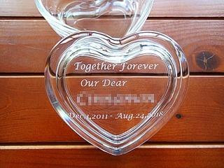「Together forever、退職する方の名前」を蓋に彫刻した、退職プレゼント用のガラス製アクセサリーケース