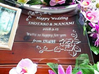「Happy wedding、新郎と新婦の名前、部署名」を彫刻した、職場の同僚への結婚祝い用のガラス製フォトフレーム