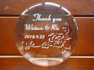 「With thanks、名前、日付」を彫刻した、上司への定年退職の贈り物用のガラス製ペーパーウェイト