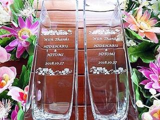 「With thanks、新郎と新婦の名前、結婚式の日付」を彫刻した、披露宴で両親への贈呈品用のフラワーベース