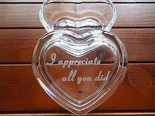 「I appreciate all you did」を蓋に彫刻した、退職プレゼント用のガラス製アクセサリーケース