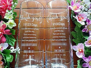 生まれてから結婚式までの日数を彫刻した、新郎新婦から両親への贈呈品用のガラス花瓶