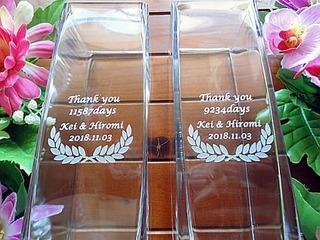「Thank you ○days、新郎と新婦の名前」を彫刻した、両親への贈呈品用のガラス花瓶