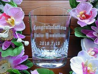 「Congratulations ○○先生」を側面に彫刻した、教授就任祝い用のロックグラス