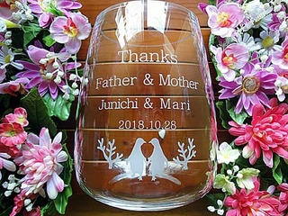 「Thanks Father & Mother、新郎と新婦の名前、ペンギンのイラスト」を彫刻した、披露宴で両親への贈呈品用のガラス花器