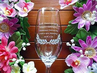 「10th anniversary、大学と研究室の名前」を彫刻した、大学の研究室の周年祝い用の名入れグラス