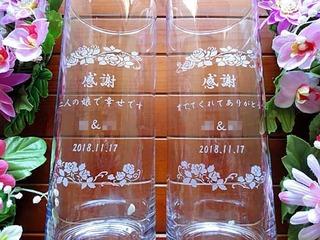 「感謝、新郎と新婦の名前、日付」を彫刻した、両親へのプレゼント用のフラワーベース