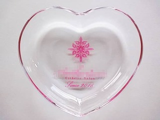「ロゴマーク」「since2016」を彫刻した、エステサロンの周年祝い用のガラス製小物入れ