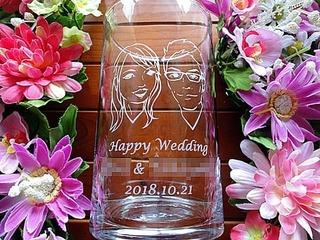 「Happy wedding、新郎新婦の似顔絵と名前」を彫刻した、友人への結婚祝い用のガラス花器