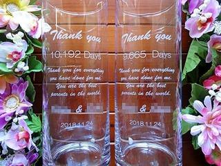 「Thank you、新郎と新婦の名前、日付」を彫刻した、両親への贈呈品用のフラワーベース