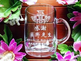 「校章、感謝 ○○先生、学校名」を彫刻した、同窓会で恩師へ贈るプレゼント用のガラス製マグカップ