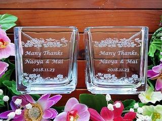 「Many thanks、新郎と新婦の名前、日付」を彫刻した、披露宴でのプレゼント用のフラワーベース
