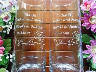 「Thanks father & mother、新郎と新婦の名前、日付」を彫刻した、両親へのプレゼント用のフラワーベース
