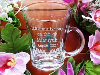 「10th anniversary on the job、名前、日付」を彫刻した、永年勤続の表彰記念品用のガラス製ティーカップ