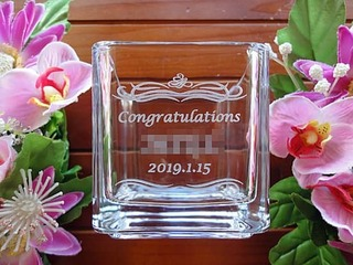 「Congratulations、店名、日付」を彫刻した、飲食店の開店祝い用の花瓶