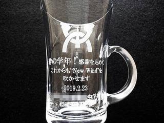 「校章、メッセージ、学校名、日付」を彫刻した、同窓会で恩師へのプレゼント用のガラス製ティーカップ