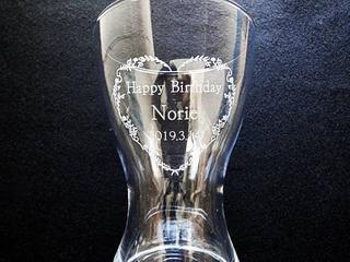 「メッセージ、名前、日付」を彫刻した、奥さまへの誕生日プレゼント用のフラワーベース
