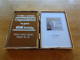 「Father & Mother」「Congratulations on your 60th birthday」を彫刻した、両親の還暦祝い用の写真立て