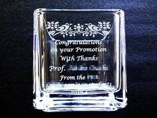 「お祝いメッセージ、先生の名前、日付、贈り主の名前」を彫刻した、教授就任祝い用のフラワーベース