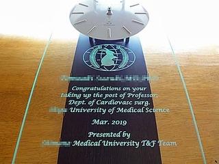 「大学のマーク」と「お祝いメッセージ、先生の名前」を彫刻した、教授就任祝い用の掛け時計