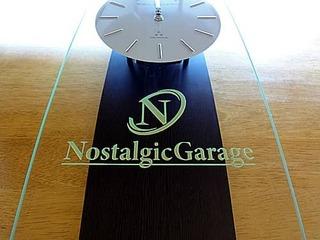 ロゴマークを彫刻した、自動車販売店の開業祝い用の掛け時計