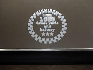 「お客様がデザインしたマーク」を彫刻した、会社の周年祝い用の鏡
