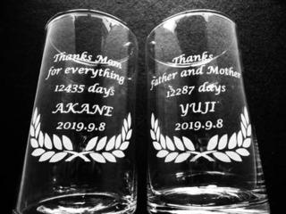 「Thank you for everything、○○days、新郎新婦の名前」を彫刻した、両親へ贈呈するガラス花器