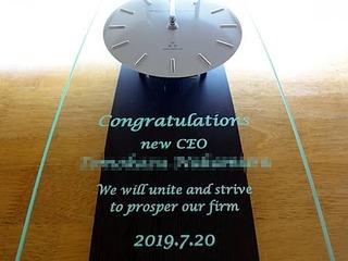 「Congratulations、new ceo ○○、日付」を彫刻した、CEO就任祝い用の掛け時計