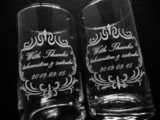 「With thanks、○○&○○、日付」を彫刻した、新郎新婦から両親へ贈呈するフラワーベース