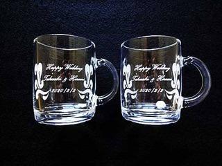 結婚祝い用のペアのガラス製マグカップ